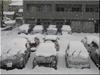 雪に埋もれた自動車