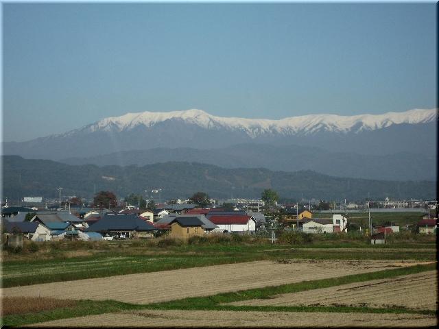 仙台行高速バス車窓・雪を頂く山々