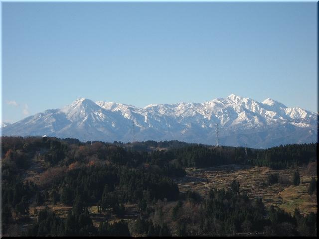 雪を頂いた赤倉山と妙高山