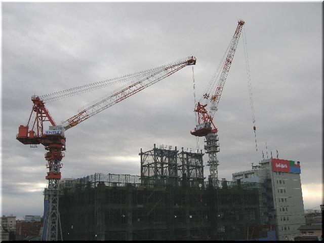 駅南再開発・タワークレーン⇒5月