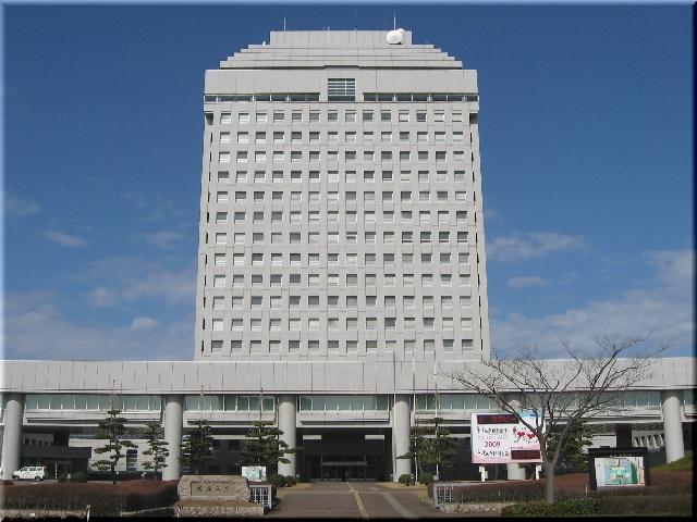 春の日を受ける新潟県庁舎