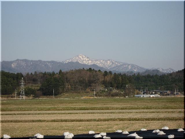 雪を頂く遠景