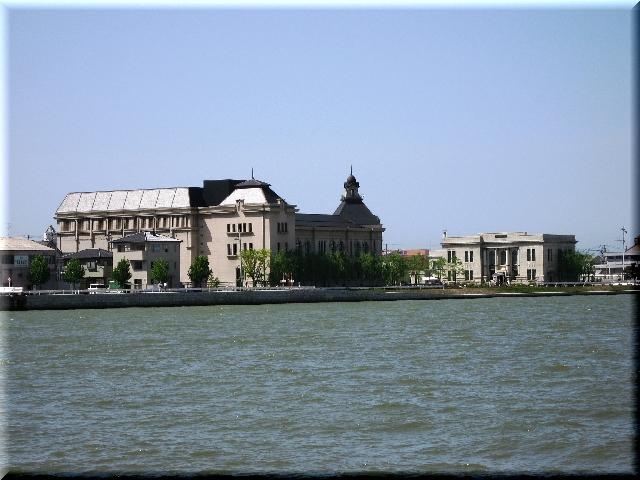 対岸の異国風建築物