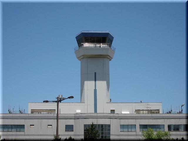 青空の中の航空管制塔