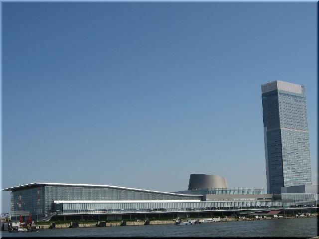 青空に映える対岸から見た朱鷺メッセとタワービル