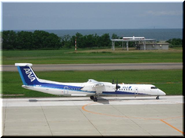 ANA Bombardier Aerospace DHC8‐Q400 JA851A